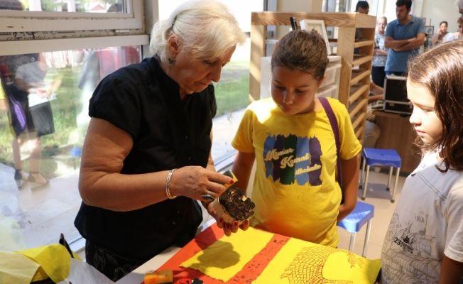 Öğrenciler müzede geleneksel el sanatlarını öğreniyor