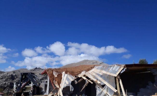 Akseki'nin Göktepe Yaylası'nda kaçak yapılar yıkılıyor