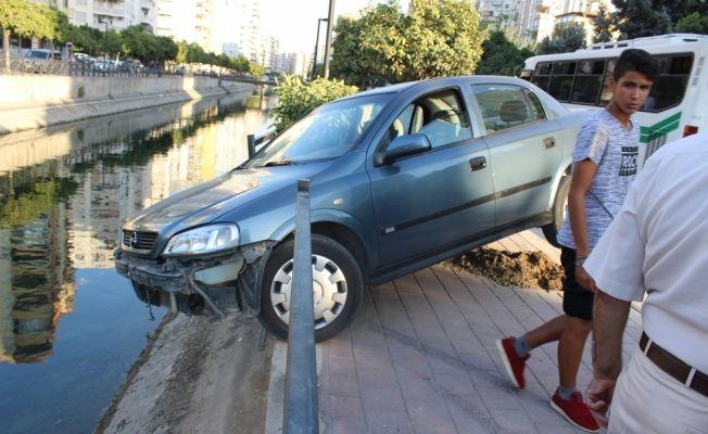 Otomobiliyle sulama kanalına düşmekten son anda kurtuldu