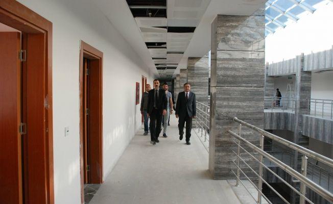 Elbistan ilçe kaymakamı Özkan Demir, adliye sarayı inşaatını ziyaret etti