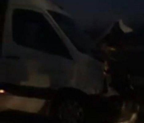 Göksun'da minibüs yola aniden çıkan ineğe çarptı!