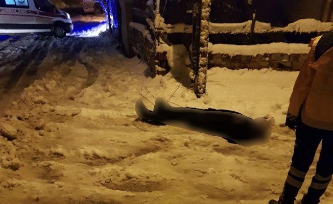 Elbistan'da direkten kopan elektrik teline temas eden genç ağır yaralandı