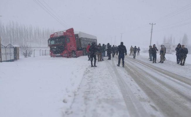 Nurhak'ta öğrenci servisi ile tır çarpıştı: 13 öğrenci yaralandı
