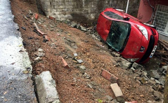 Toprak kaydı, otomobil bahçeye düştü
