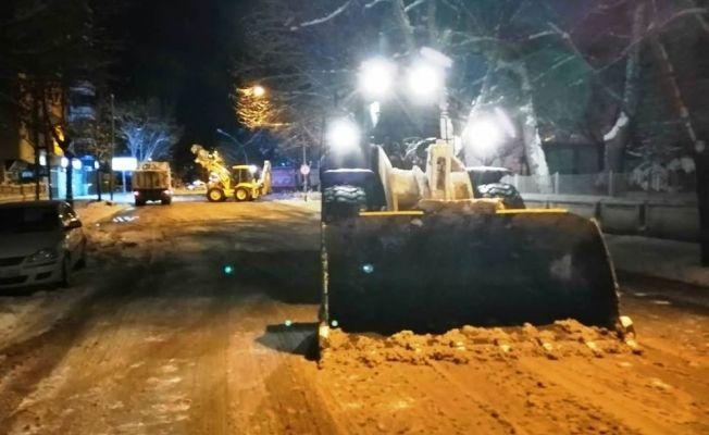 Elbistan belediyesi karla mücadeleye devam ediyor
