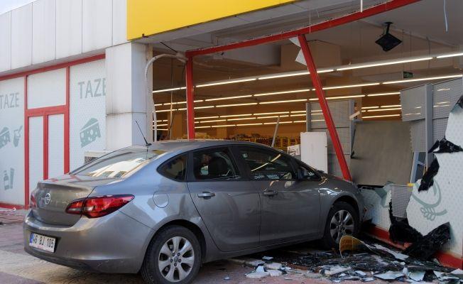 Kahramanmaraş'ta bayan sürücü otomobille markete girdi