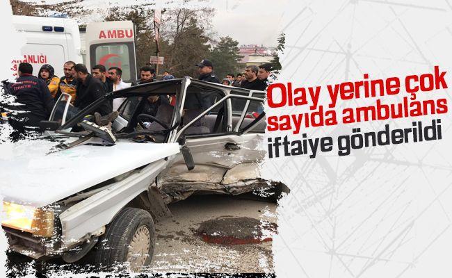Elbistan'da iki otomobil çarpıştı: 4 yaralı