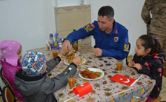 Minik öğrenciler hazırladıkları yemekleri askerlere ikram etti