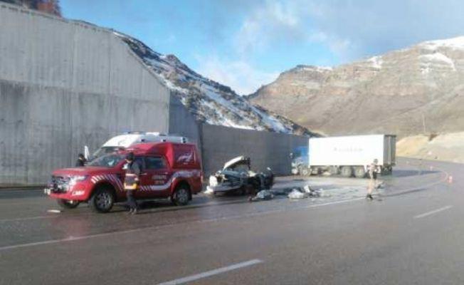Kargo kamyonu ile otomobil çarpıştı: Ekinözülü baba ve oğul can verdi