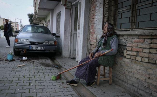 Babaanne torununun otomobilini yakmaya çalışan kadını saksı atarak engelledi