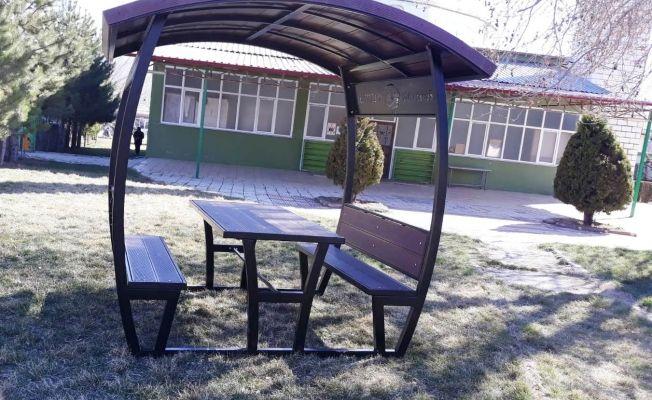 120 adet kamelya, 280 adet piknik masası dağıtılmaya başlandı