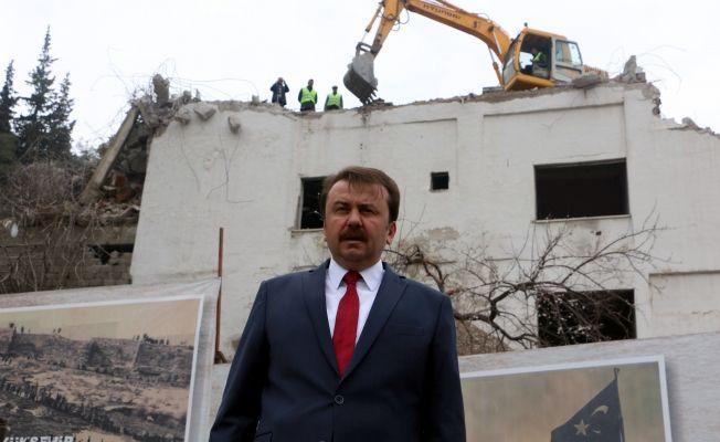 Kahramanmaraş'ta tarihi kalenin civarındaki bina yıkılıyor