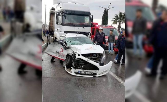Kahramanmaraş'ta kızılay aracı ile tır çarpıştı: 2 yaralı