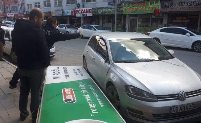 Elbistan'da reklam tabelası aracın üzerine düştü