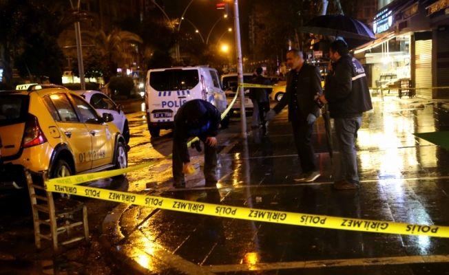 Adana'da bar önünde silahlı saldırı: 1 ölü, 1 yaralı
