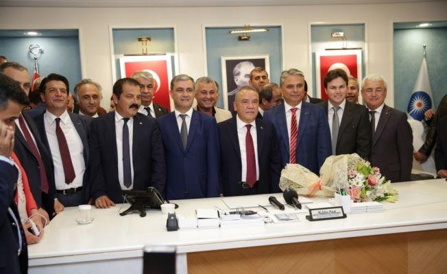 Antalya Büyükşehir Belediye Başkanı Böcek görevine başladı