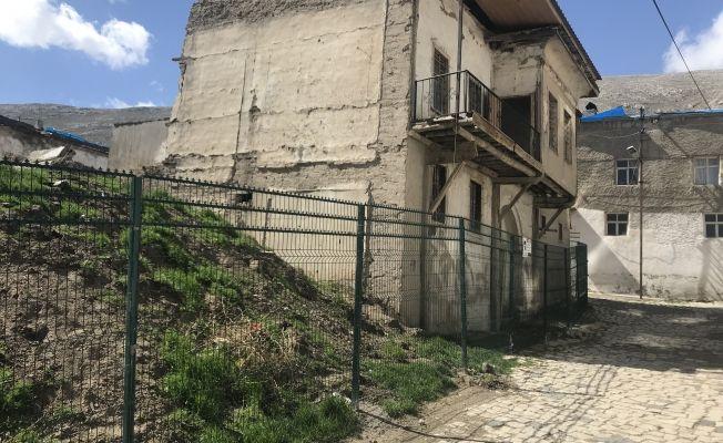 Kentsel Sit Alanı, olarak belirlenen evlerin etrafı kapatılıyor