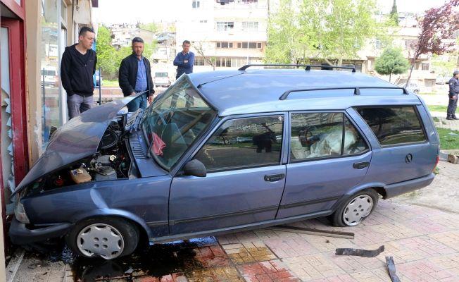 Otomobil gazetenin duvarına daldı: 1 yaralı