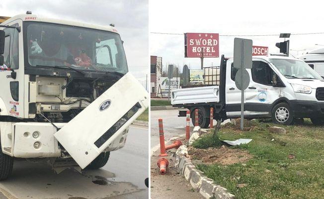 Nurhak kavşağında trafik kazası: Kamyon ile KASKİ'nin aracı çarpıştı