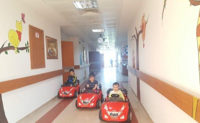 Silifke'de hastanede tedavi gören çocuklar için akülü araba