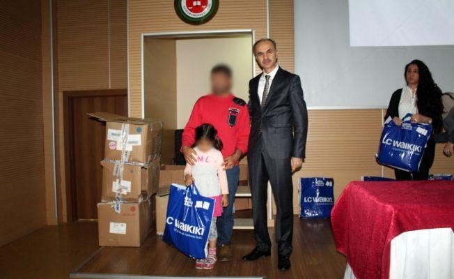 Denetimli serbestlik yükümlülerinin çocuklarına giysi hediye edildi