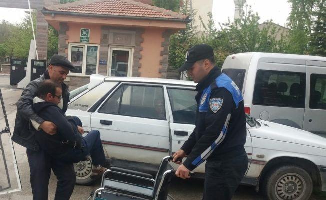 Bedensel engelli vatandaşa tekerlekli sandalye hediye ettiler