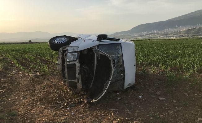 Yolcu minibüsü tarlaya devrildi: 6 yaralı