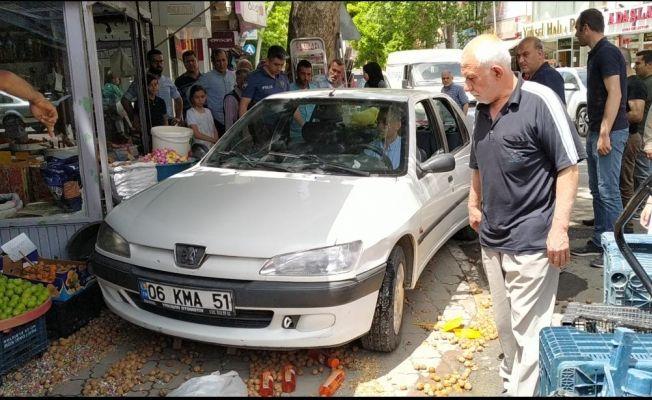 Çocuğun kontağını çevirdiği otomobil tezgahlara çarptı