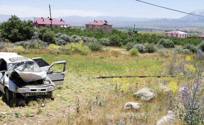 Göksun-Elbistan karayolunda otomobil telefon direğine çarpıp takla attı