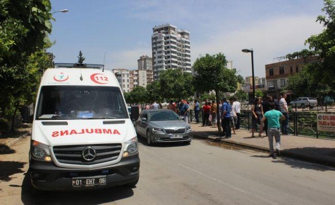Sulama kanalına devrilen araçtaki anne ve kızını vatandaşlar kurtardı