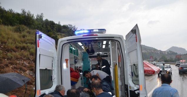 Adana'da minibüs devrildi: 6 yaralı
