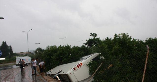 Antalya'da turistleri taşıyan tur midibüsü devrildi: 5 yaralı