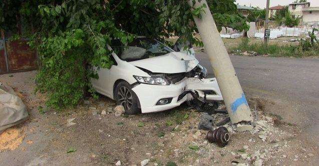 Elbistan'da otomobil elektrik direğine çarptı: 1 yaralı