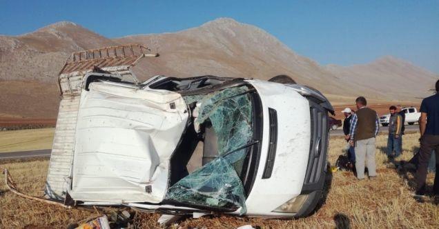 Elbistan'da lastiği patlayan kamyonet devrildi: 5 yaralı
