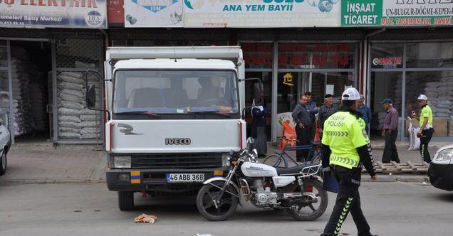 Elbistan'da motorsiklet park halindeki kamyonete çarptı: 2 yaralı