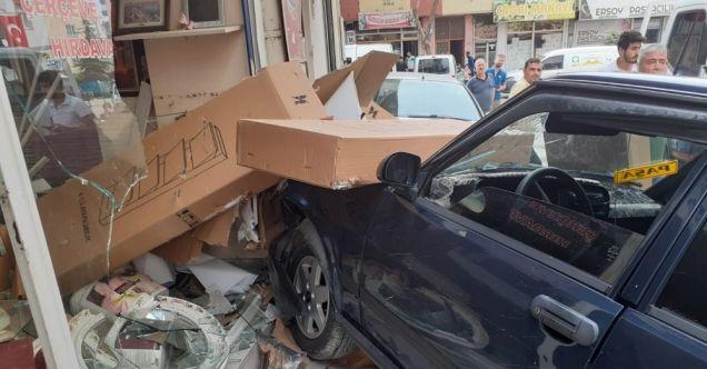 Elbistan'da ehliyetsiz sürücünün kullandığı otomobil iş yerine girdi