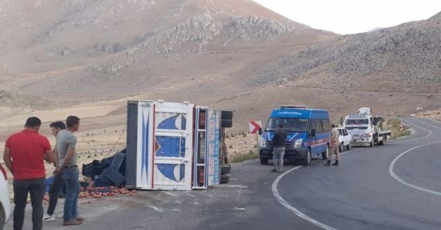 Elbistan'da elma yüklü kamyonet devrildi: 3 yaralı