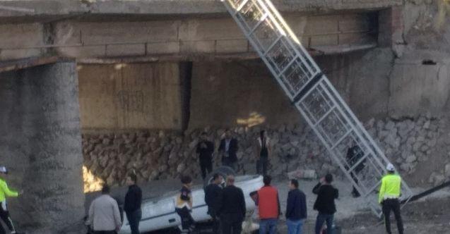 Elbistan'da otomobil, köprüden uçtu: 2 yaralı