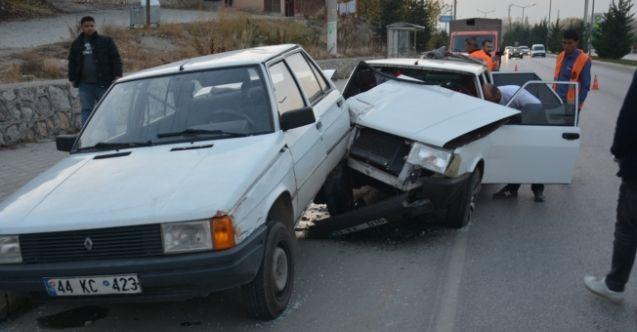 Elbistan'da park halindeki otomobile çarptı: 3 yaralı