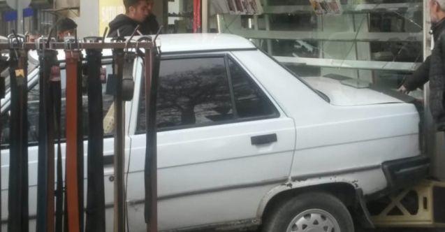 Elbistan'da el freni çekilmeyen otomobil dükkana girdi