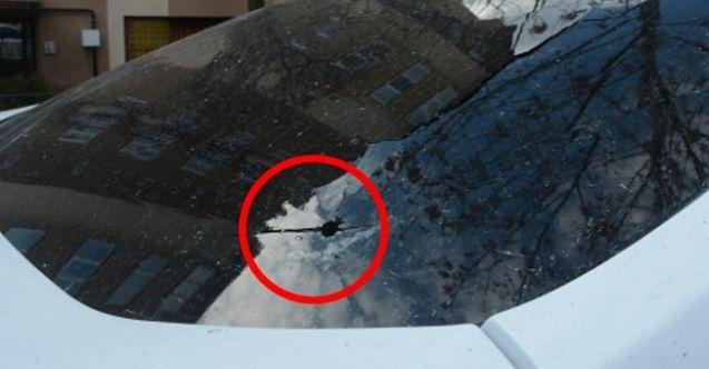 Elbistan'da yorgun mermi isabet eden otomobilin camı patladı