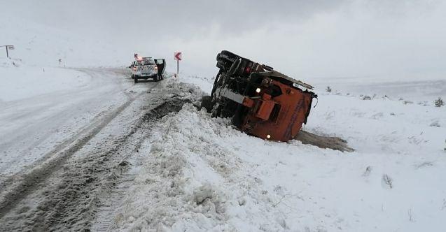 Elbistan'da kar küreme aracı devrildi, iki işçi yaralandı
