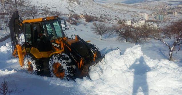 Elbistan'da kar yağışı nedeniyle kapanan köy yolları açıldı
