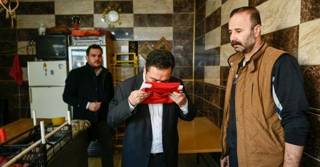 Başkan Gürbüz, Suriyelilere Türk bayrağı hediye etti