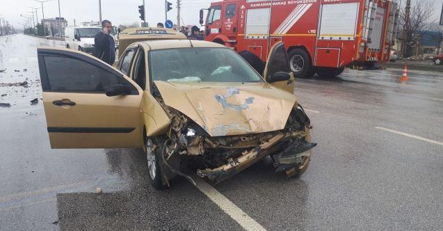 Elbistan'da Hafif ticari araç ile otomobil çarpıştı: 2 yaralı