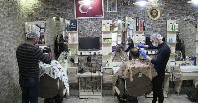 Elbistan'da berberlerden koronavirüsüne karşı maske ve eldivenle tıraş