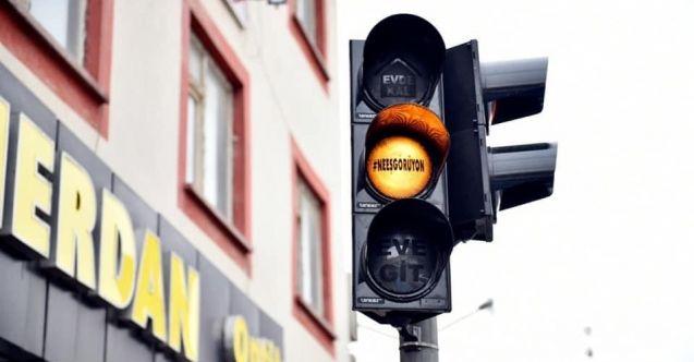 """Elbistan'da trafik tabelalarında artık yeni bir işaret var: """"Evde Kal, Neeşgörüyon"""""""