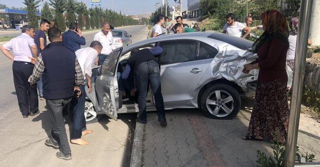Elbistan'da yayaya çarpmamak için manevra yapan otomobil kaza yaptı: 3 yaralı