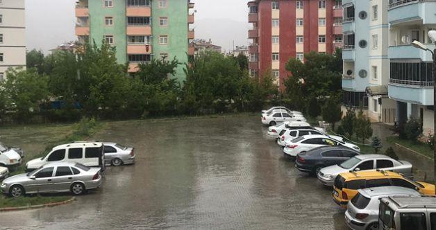 Elbistan'da kırsal mahallelerin ardından şehir merkezine kar yağdı