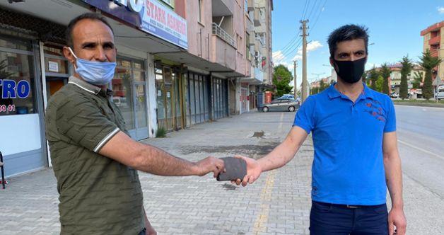 Elbistan'da içinde para ve banka kartları olan bulduğu cüzdanı sahibine teslim etti